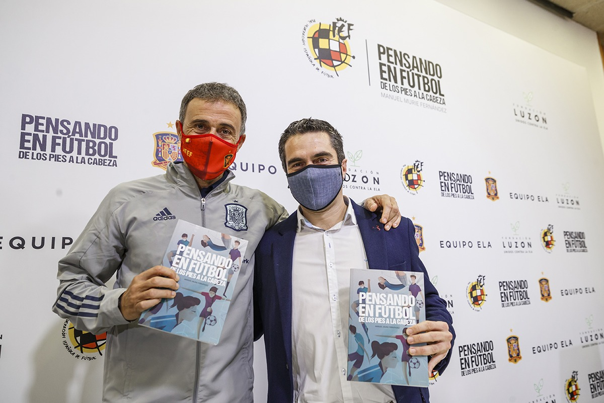 El seleccionador nacional quiso apoyar el lanzamiento del libro.