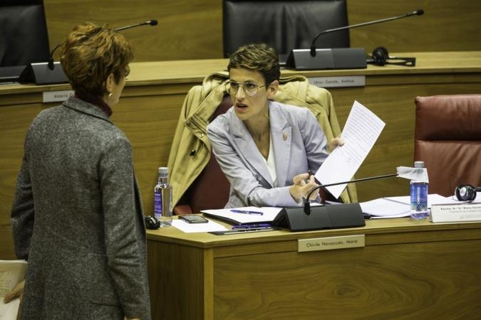 Bakartxo Ruiz y María Chivite, en la sesión parlamentaria.