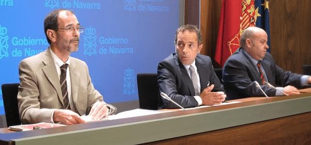 el director general de Turismo, Carlos Erce, en una rueda de prensa en la que ha estado acompañado por el consejero Juan Luis Sánchez de Muniáin y el secretario general de la Asociación de Empresarios de Hostelería, Nacho Calvo.