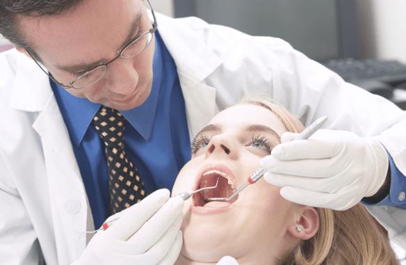 Un dentista y una paciente, durante una intervención