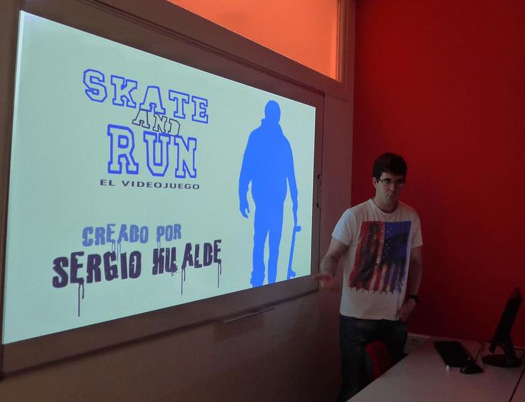 Uno de los ganadores exponiendo su proyecto