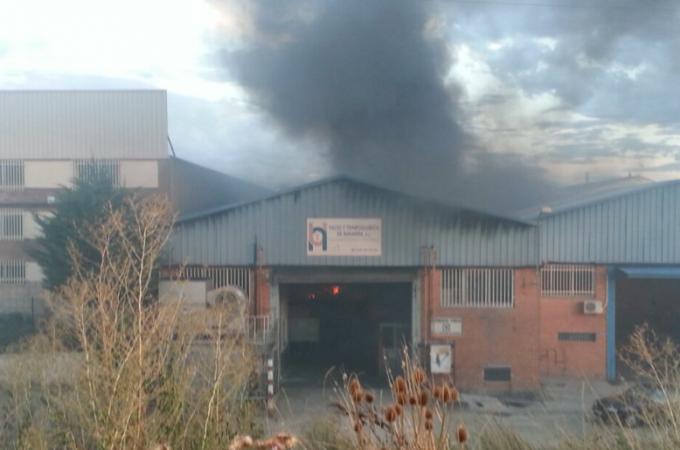 Incendio en una nave del polígono de Iruregaña, en Aizoain