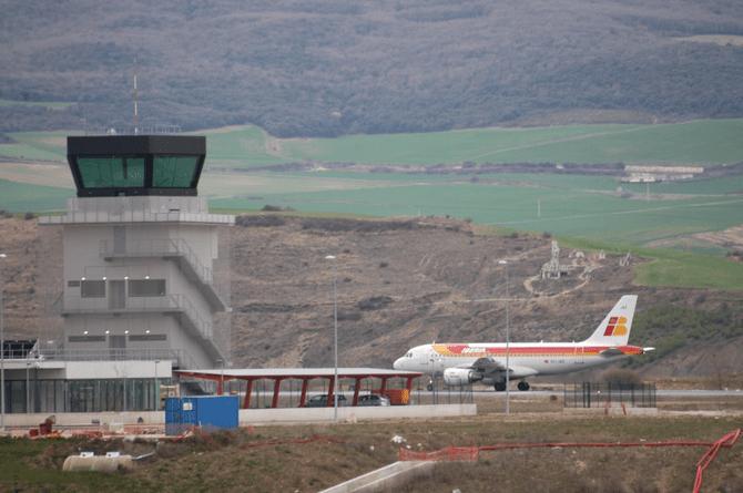 Avión en la terminal del aeropuerto de Pamplona
