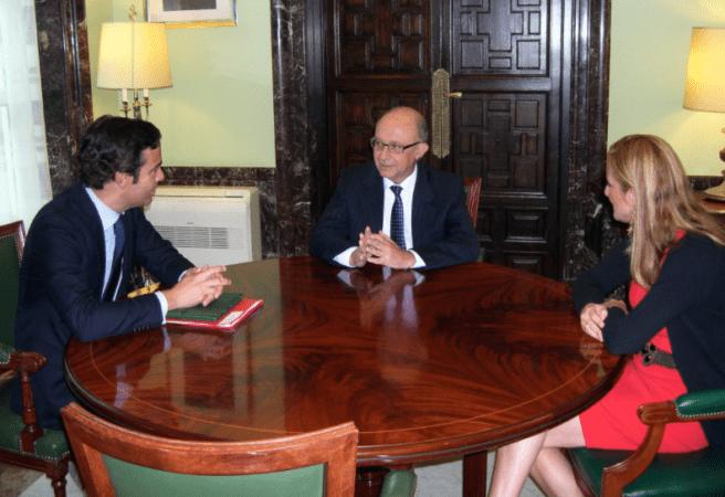 Pablo Zalba, junto a Cristóbal Montoro en la reunión que han mantenido este lunes