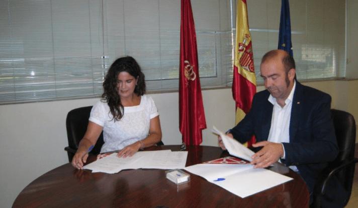 María Isabel García Malo y Joaquín Mencos firman el convenio