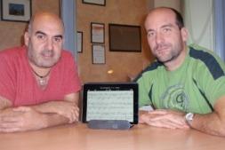 Imagen de los promotores de Blackbinder con una muestra de su software propio.