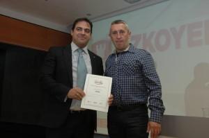 Óscar González, director de RRHH de Azkoyen y Julio Martínez, presidente del comité de empresa de Azkoyen recogiendo el Sello Reconcilia 2014