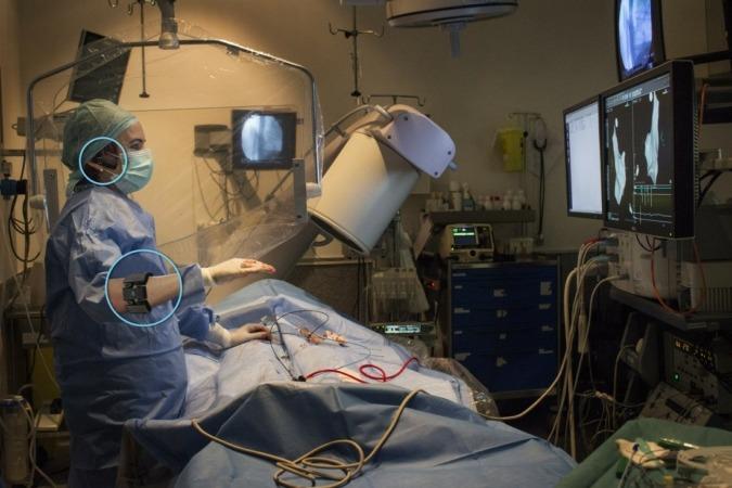 Imagen en la que un cirujano utiliza el dispositivo de TedCas