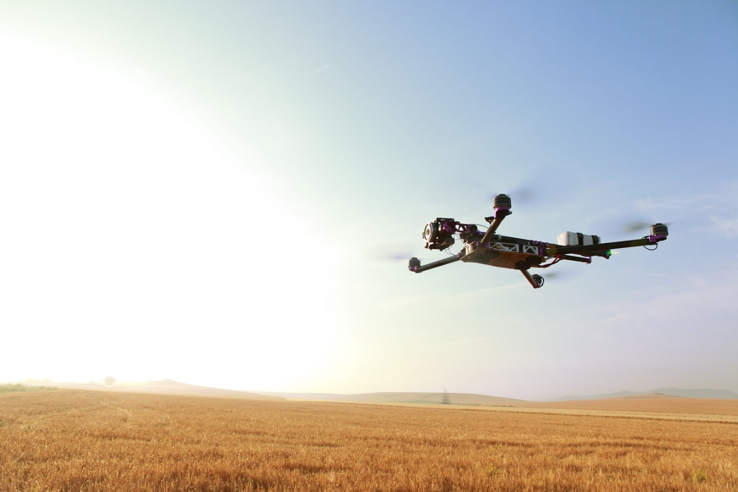 Un drone avistando un zona agrícola.