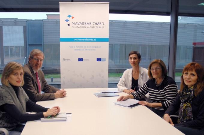 La Asociación de Esclerosis Lateral dona a Navarrabiomed los fondos recaudados en la campaña del cubo de agua