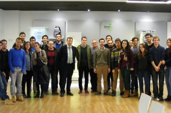 La Cátedra Colegio de Ingenieros Industriales de la UPNA visita la fábrica de frigoríficos de BSH en Esquíroz