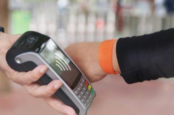 CaixaBank lanza en Navarra la pulsera Visa contactless, que permite hacer compras tan solo acercando la muñeca al datáfono