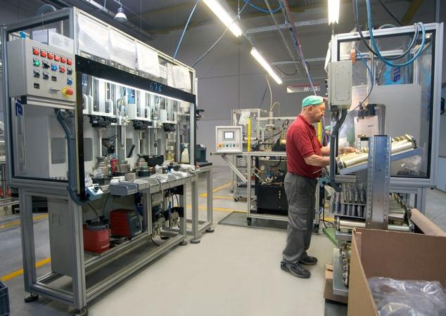Un operario trabaja en las instalaciones de Frenos Iruña (Foto: archivo).