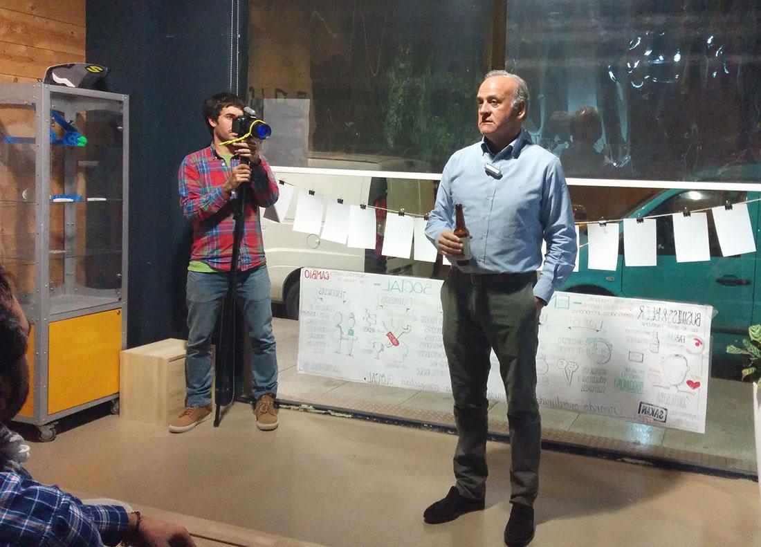Esteban Morrás en un momento de su conferencia en la sede de Fab Lab Coworking.