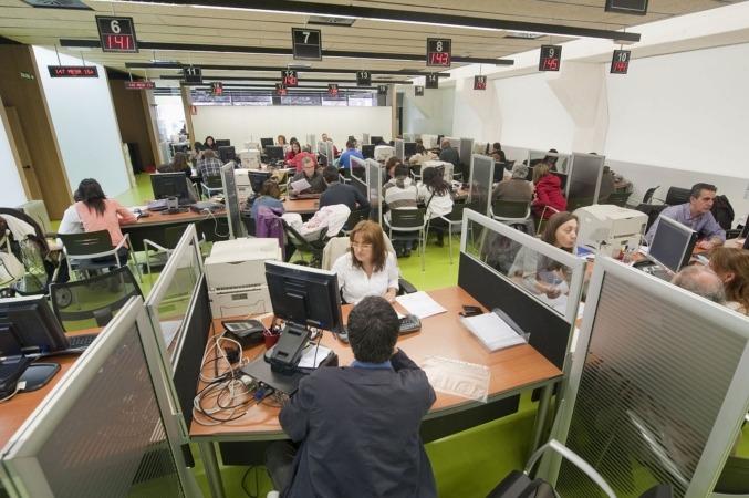 Oficina de Tramitación durante la Campaña del IRPF. Archivo. Gobierno de Navarra.