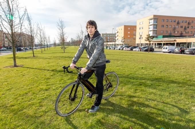 El navarro Mikel Barea diseña una bici urbana más ecológica y económica con el cuadro de bambú