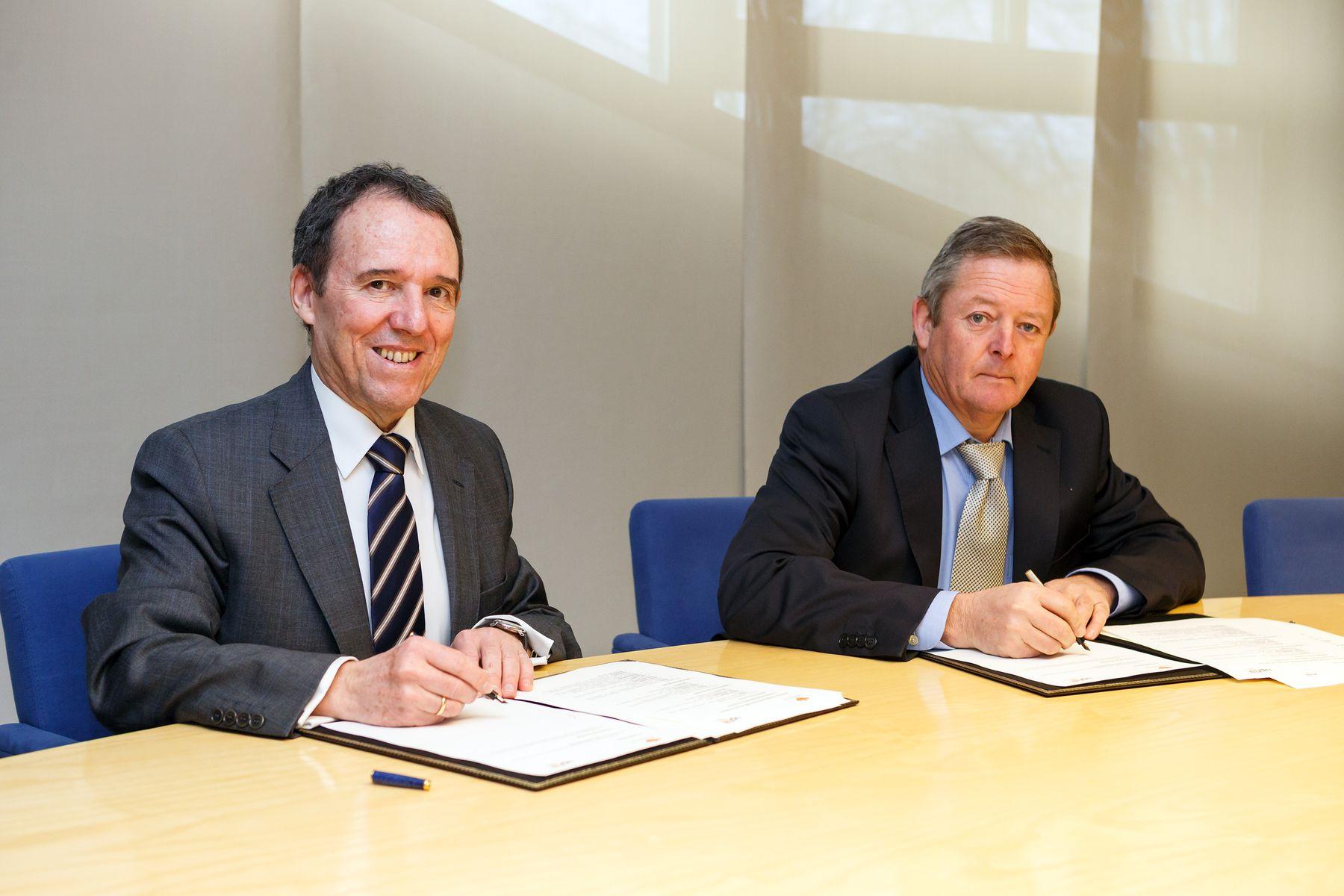 Luis Barriendo, Caja Rural de Navarra, a la izquierda, y Julio Lafuente, UPNA, en la firma del convenio.