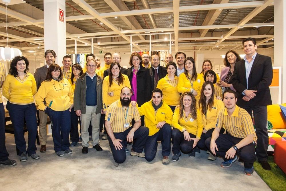 Yolanda Barcino con directivos y empleados IKEA