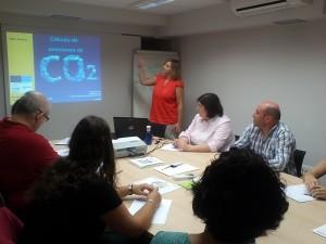 Margarita Laita, Técnico de Medio Ambiente de LASEME  ofreciendo el Taller de huella de carbono