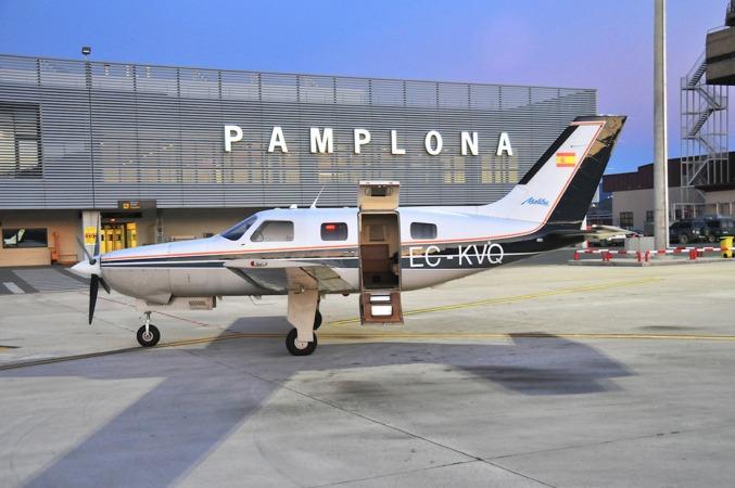 El Aeropuerto de Pamplona recibe a su nueva directora con un aumento del número de pasajeros.