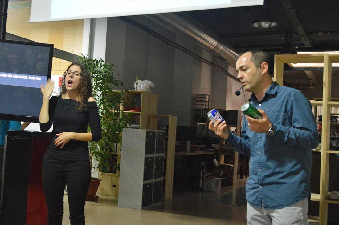 Luis explicandonos la similitud entre diferentes latas de bebidas
