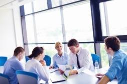 Las empresas mantienen las reuniones como fórmula para la comunicación interna.
