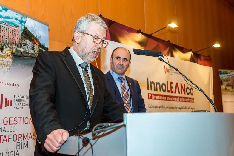 Juan Las Navaas, presidente FLC Navarra, se dirige a los asistentes ante la mirada del vicepresidente económico, Manu Ayerdi