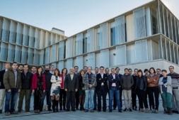 Foto de familia de los representantes de las empreass que forman el Clúster Functional Print frente al centro tecnológico Miguel de Eguía de Estella.
