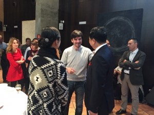 Eneko Larrarte, alcalde de Tudela, saluda a los propietarios de Nano Automotive Tudela