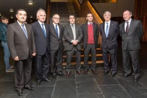 Premiados (en el centro) junto con el Padre Simón Reyes Martínez-Cordova y otros responsables de ESIC