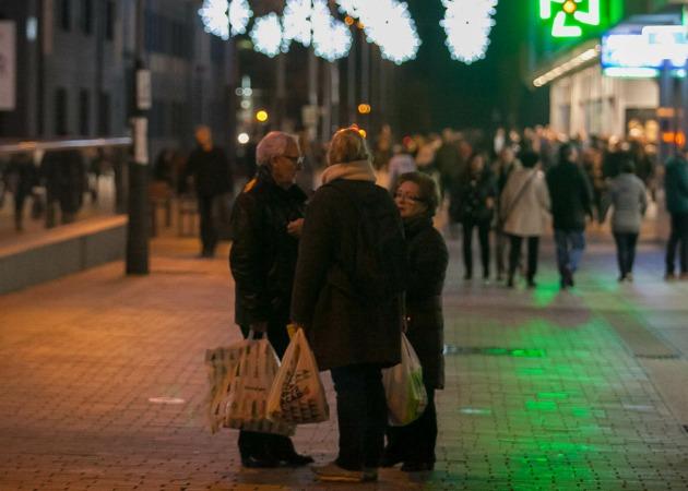 Varias personas tras realizar sus compras navideñas.