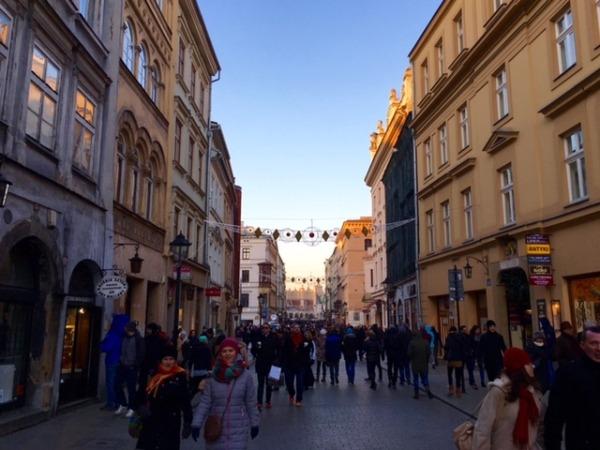 Calle comercial en el centro de Varsovia. (Fotos: Yosune Villanueva)