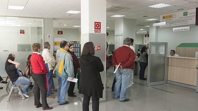 Personas en una oficina de empleo.