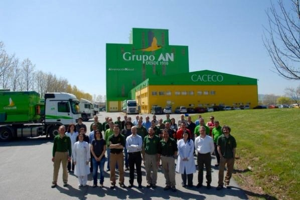 Imagen de empleados de Grupo AN frente a su sede de Tajonar