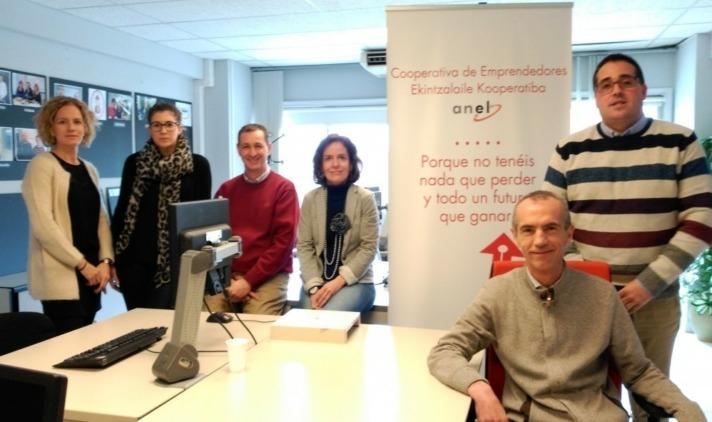 Foto de familia del equipo de profesionales que atienden la Cooperativa de Emprendedores de ANEL.