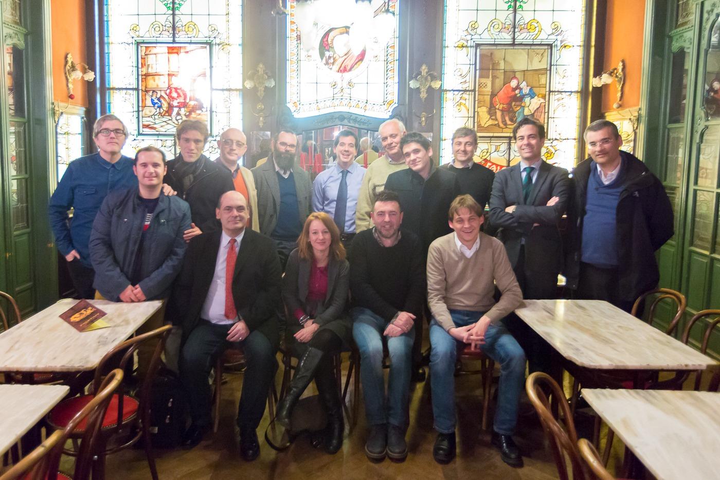 Cena informal de la delegación de empresas y centros universitarios que acudieron a Vanguard. En la imagen, también están Mikel Irujo, delegado del Gobierno de Navarra en Bruselas, y Pablo Zalba, único eurodiputado navarro.