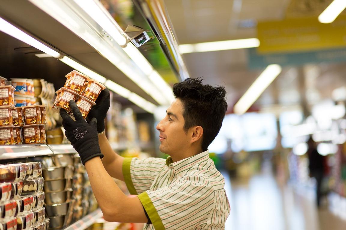 Edson, trabajador del supermercado de Mutilva en Valle de Aranguren, Navarra