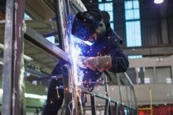 Un operario trabaja en la estructura de un autobús en la fábrica de Sunsundegui.