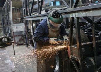 Imagen de un operario en una industria (archivo)