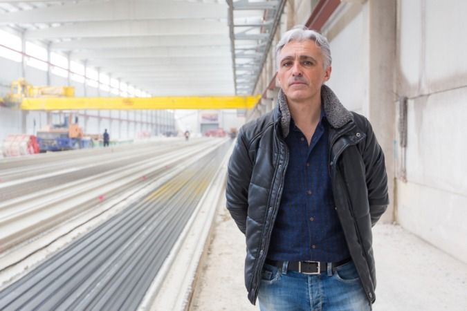 Luis Ardanaz, gerente de Viguetas Navarras, en la nave principal de la empresa, en el Polígono Areta de Huarte.