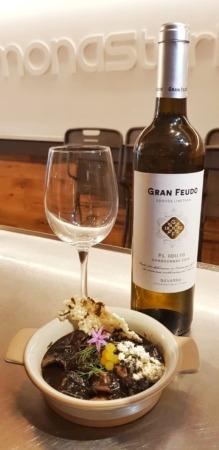 MonasTxipi 75 (apta para celíacos) con vino recomendado Gran Feudo Chardonnay 2018. (Foto: cedida por la Asociación de Hostelería Navarra)