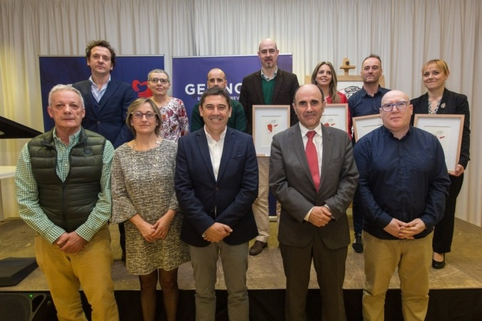 Foto de familia de los responsables de Gesinor, junto con las empresas homenajeadas y el vicepresidente foral, Manu Ayerdi. (FOTOS: Víctor Rodrigo)