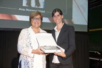 La Secretaria de Estado entrega el premio a Ana Monreal.