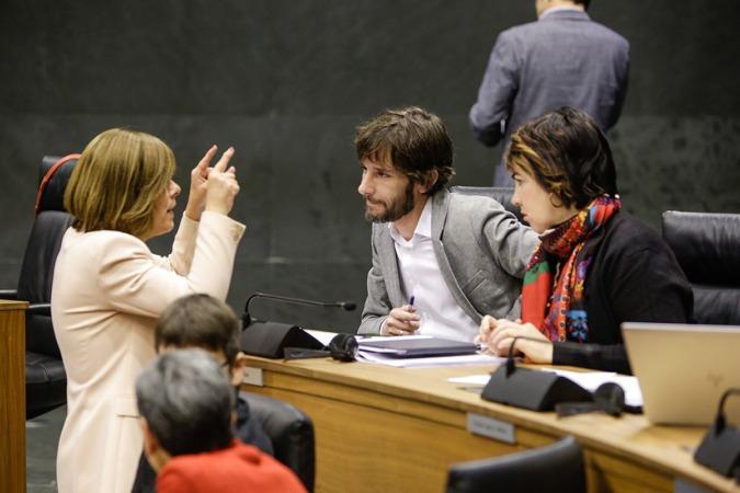Uxue Barkos, con Mikel Buil y Ainhoa Aznárez.
