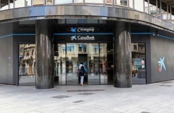 Puerta de la Oficina Central de CaixaBank en Carlos III de Pamplona.