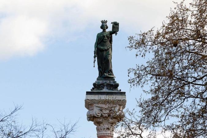 Estatua de los Fueros en el Paseo de Sarasate.