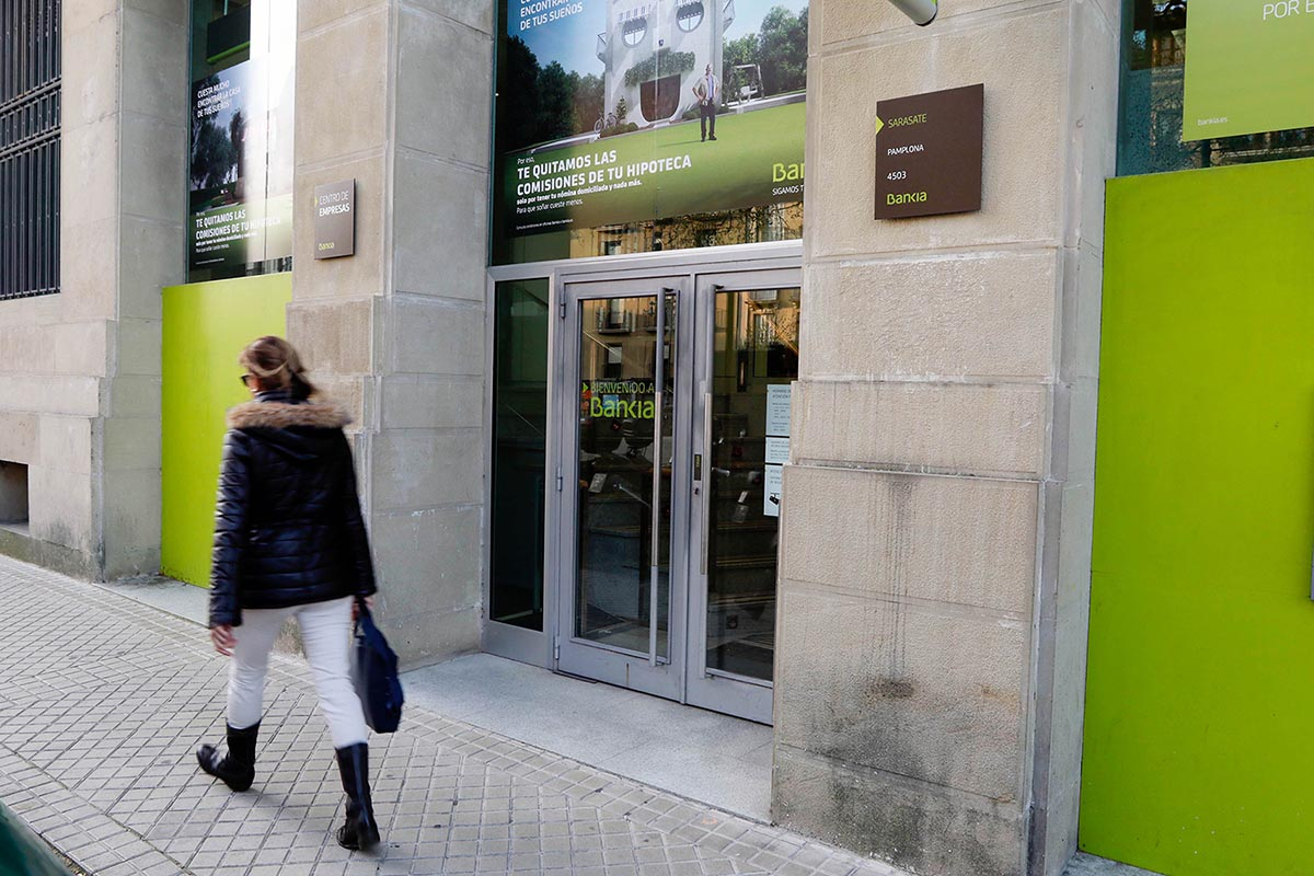 Puerta de entrada a la sede central de Bankia en Navarra.