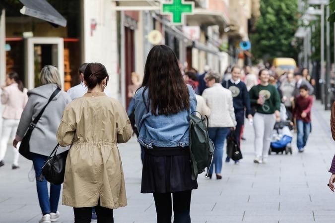 Gente paseando por las calles de Pamplona