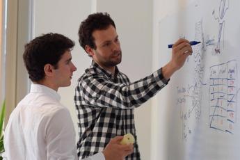 Juan Abascal (izda.) y Ander Menaut (dcha.), trabajando en las instalaciones de Abanza Tecnomed. (Fotos: cedidas).
