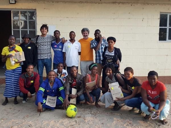 Durante una de sus estancias en África, Adrián Larripa junto a jóvenes SAN y otros participantes de los procesos participativos. (FOTOS CEDIDAS POR LARRIPA)